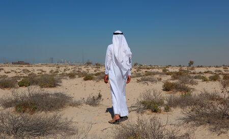 hombre arabe: Hombre árabe en el desierto Foto de archivo