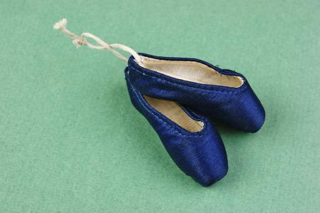 ballet slippers: zapatillas de ballet pointe regalo en el fondo verde