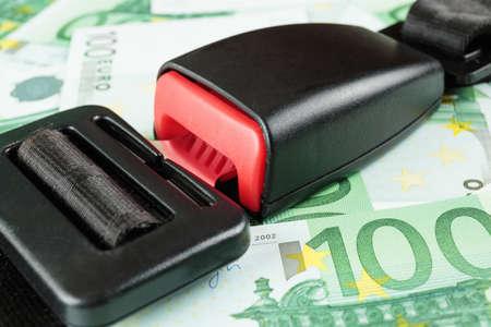 cinturon seguridad: cinturón de seguridad en los billetes en euros