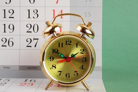 punctuality: Reloj de alarma y calendario Foto de archivo
