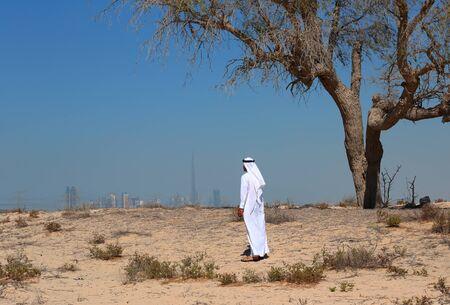 homme arabe: Homme arabe dans le d�sert Banque d'images