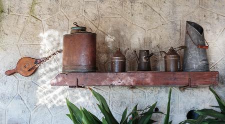 cocina antigua: utensilios de cocina antiguos de la cocina de la casa francesa rústica