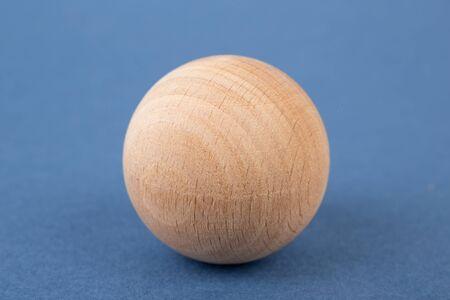 forme geometrique: forme géométrique en bois sur un fond bleu
