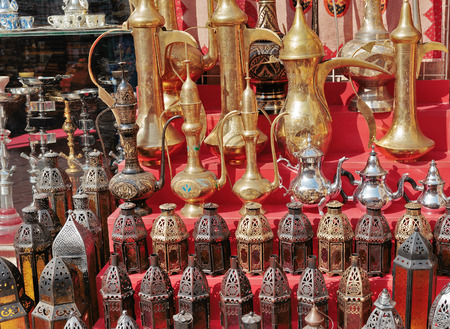 kettles: Traditional Arabic metal lights and kettles on the market Foto de archivo