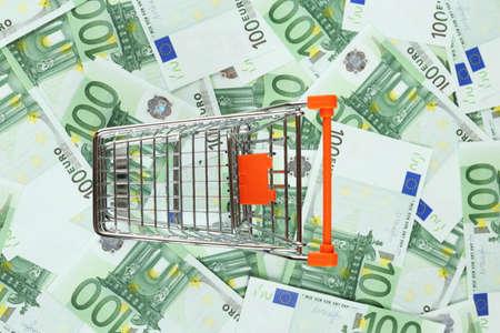 banconote euro: Carrello della spesa sulle banconote in euro