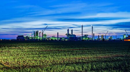 paesaggio industriale: Panoramic view of the industrial landscape at night