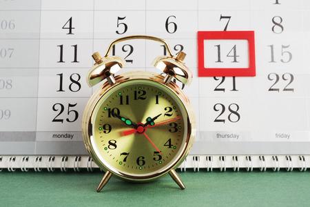 punctuality: despertador y calendario, 14 de Febrero Foto de archivo