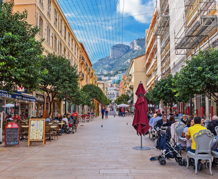 monte carlo: MONTE CARLO, MONACO - NOVEMBER 2, 2014: General view of the pedestrian street with numerous cafes