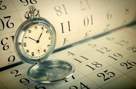 Alte Taschenuhr auf dem Kalender. tonte Standard-Bild - 53309749