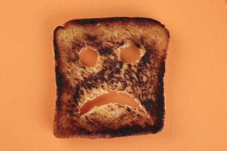 comiendo pan: tostadas triste en una tabla de cortar