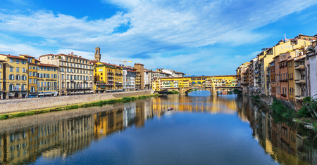 ponte vecchio: FLORENCE, ITALY - 23 JUNE, 2014: View of the bridge Ponte Vecchio