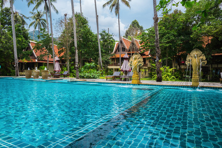 mart: KOH CHANG, THAILAND - 28 MART, 2015: Klong Prao Resort. Swimming pool on a tropical beach Editorial