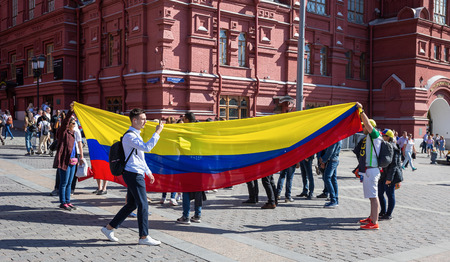 MOSCOW, RUSSIA - June 15, 2018: Football fans with the flag of Colombia on the street in Moscow Редакционное
