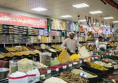 DUBAI, Vereinigte Arabische Emirate - 4. Dezember 2017: Verkäufer von Gewürzen im Park Entertainment Center Global Village