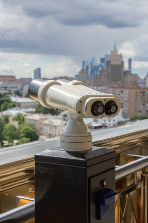 Touristic telescope look at the city with view of Moscow, Russia 免版税图像