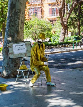 Palma de Mallorca, Spain - 01.06.19: Illusionist on the street  in center of Palma de Mallorca 新聞圖片