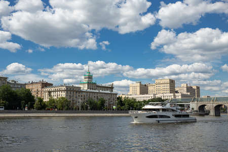 MOSCOW, RUSSIA - JUNE 25, 2018: View of the Moscow river and tourist ship, Moscow, Russia 新聞圖片