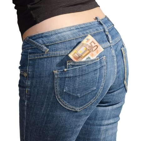 Vijftig euro bankbiljetten in jeans achterzak op wit wordt geïsoleerd