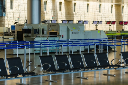 shabat: TEL AVIV - 06 de julio de 2013: Pasillo vac�o de la terminal de pasajeros # 3 en el aeropuerto internacional israel� Ben-Gurion, el s�bado (Shabbat) en 06 de julio de 2013 en Tel-Aviv, Israel