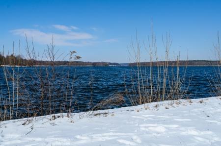 Besneeuwde oever van Glienicke meer op Havel rivier in Duitsland