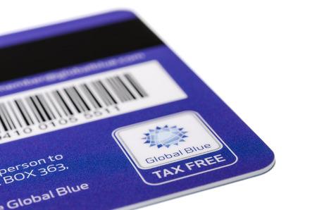 MÜNCHEN, Duitsland - 24 februari 2014 van de streepjescode, magneetstrip en het logo op de achterkant van Tax Free plastic kaart geïsoleerd op wit