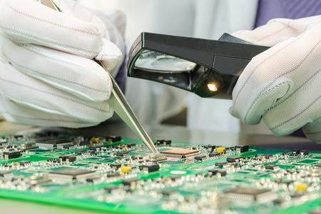 Kwaliteitscontrole van elektronische componenten op de printplaat in het laboratorium van high-tech fabriek