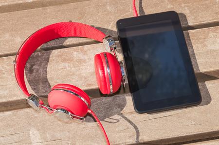 Afstand interactief onderwijs met moderne technologie: tablet-computer en rode hoofdtelefoons