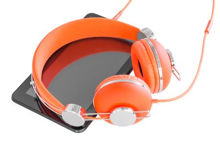 Levendige oranje koptelefoon en zwarte tablet pc voor mobiele beroepsopleiding op wit wordt geïsoleerd Stockfoto