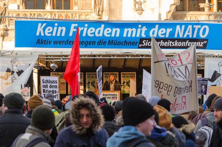 """incursion: Munich, Allemagne - 07 F�vrier, 2015: r�union europ�enne de protestation anti-OTAN. Texte sur la banni�re se lit comme """"Pas d'amiti� avec l'OTAN""""."""