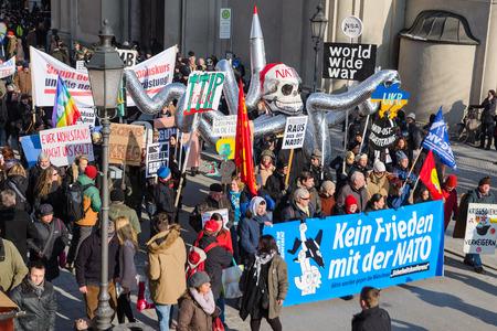 incursion: Munich, Allemagne - 7 F�vrier, 2015: l'OTAN en Europe comme une pieuvre. Manifestation pacifique anti-OTAN rassemblement de protestation pacifique. Texte sur la banni�re se lit comme Aucune amiti� avec l'OTAN.