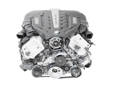 Munique, Alemanha - 28 de setembro de 2014: Novo modelo topo de gama superior moderna do motor de automóveis irresistivelmente dinâmico e extremamente eficiente. BMW TwinPower Turbo V8 cilindros motor a gasolina top-of-the-range isolado no branco.