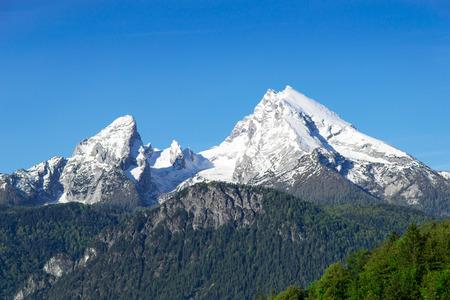 Besneeuwde top bergtoppen van Watzmann berg kam in de Duitse Beierse Alpen. Bekijk op hoogland sneeuwlandschap van hoog punt in het nationale park Berchtesgaden.