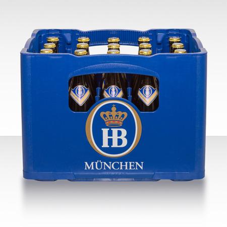 München, Duitsland - 10 juni 2016: Plastic krat doos geval van traditionele klassieke Duitse bier van brouwerij Beierse HB München. Redactioneel