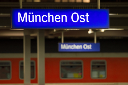 München, Deutschland - 27. Dezember 2017: Leuchtendes Zeichen auf München Ostbahnhof (Ostbahnhof oder München Ost) Standard-Bild - 93105899