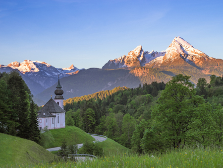 Spring serene scenery with snow-crowned tops of Watzmann mount and Maria Gern church in German national park Berchtesgaden Standard-Bild - 93508404