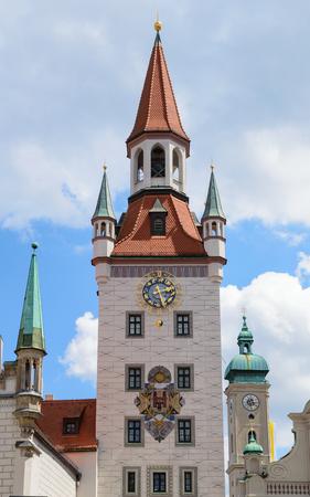Belfry clock tower of Munich Old Town Hall municipal building on the central city square Marienplatz Standard-Bild - 104347784