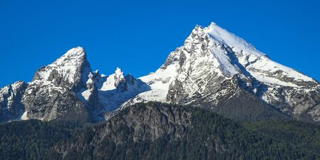 Panoramic view of spring snow-capped peaks of Watzmann mountain in Bavarian national park Berchtesgaden Standard-Bild