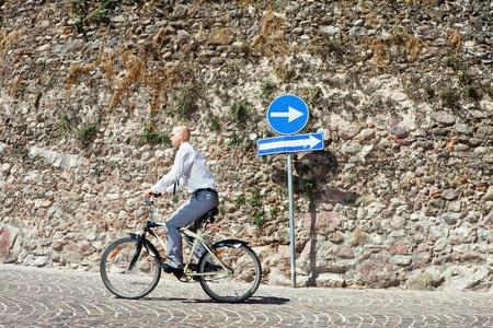 Buisnessman gaan op de fiets de verkeerde richting