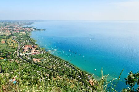 Bekijk in het zuid-oostelijke deel van het Gardameer van de hoge berg in een beutiful dag van de zomer