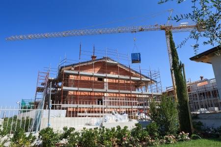Proces van het bouwen van nieuwe huizen, zon en blauwe hemel