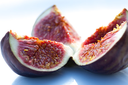 aliments: Fig cut in four.