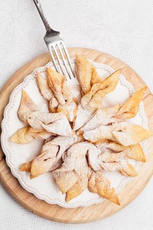 Fried rader taart bestrooid met poedersuiker. Stockfoto