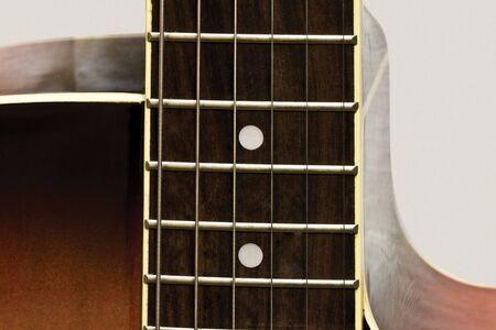 Akustikgitarre auf neutralem Hintergrund