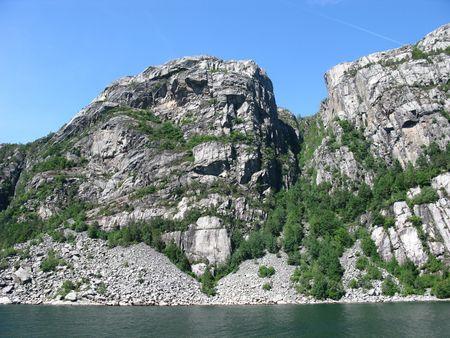 der Wasserfall, der sich in dem offenen Wasser