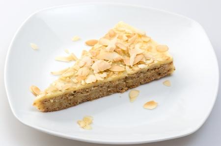 ein St�ck Traditioanl Almonf Kuchen auf einer Platte