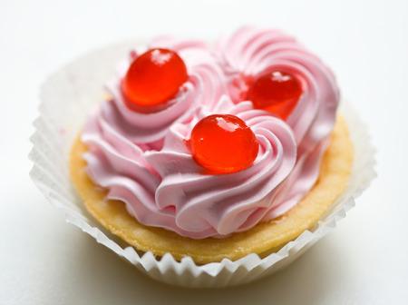 Kuchen mit Sahne und rote Dinge Lizenzfreie Bilder