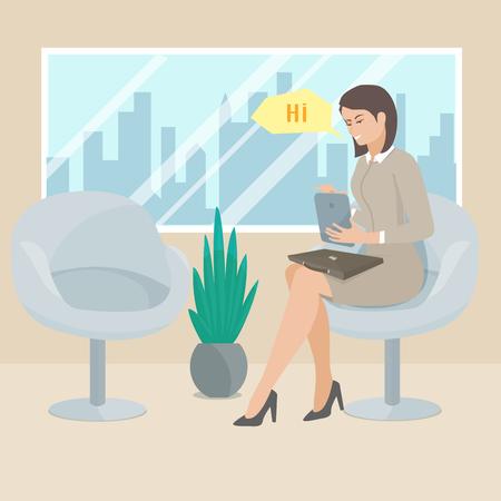 sentarse: Mujer de negocios sentado en una silla con la tableta en el contexto de la ventana con el paisaje urbano. Las mujeres conversaciones en el chat. Mujeres utiliza la tableta.