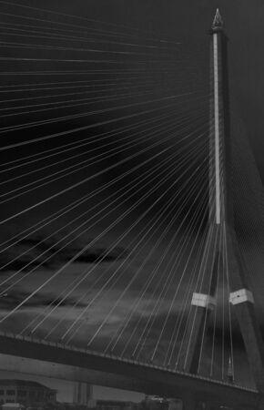 fondo blanco y negro: El puente sobre el r�o, Tailandia en blanco y negro estilo negativo Foto de archivo