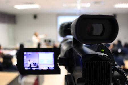 Fotógrafo que graba video conferencista y estudiante que aprende en el aula de la universidad. - Educación o seminario concepto de uso de imágenes borrosas para el fondo. Foto de archivo