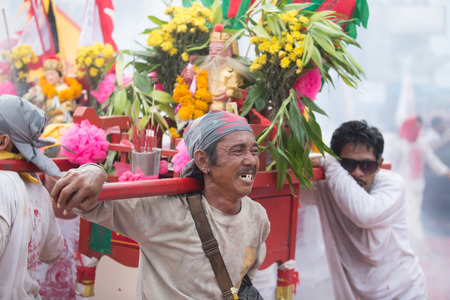 arrepentimiento: Surat Thani, Tailandia - 03 de abril 2015: Surat Thani festival vegetariano el 3 de abril de 2015, de Surat Thani, Tailandia. Durante el festival de la mortificaci�n ritual se practica para apaciguar a los dioses.